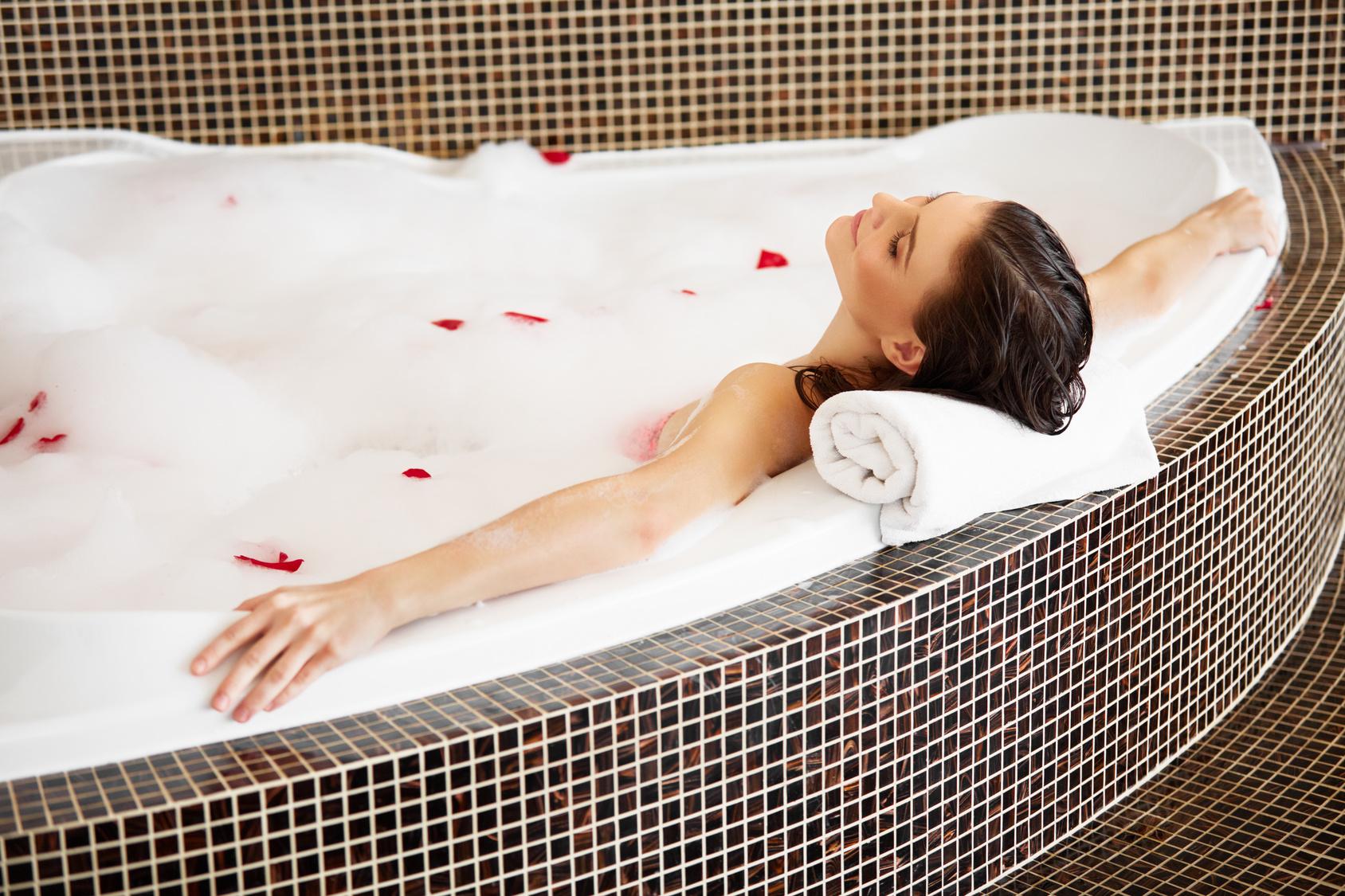 choisir la bonne forme pour votre baignoire renovation baignoires. Black Bedroom Furniture Sets. Home Design Ideas